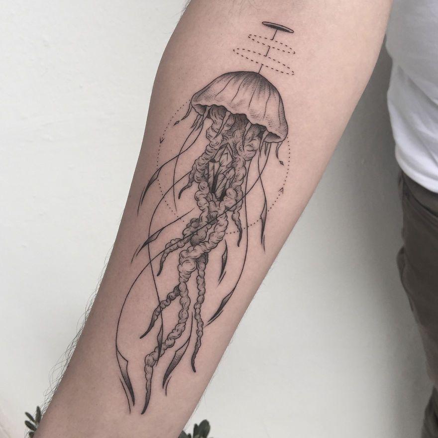 Tatuador transforma eventos positivos e negativos das vidas das pessoas em tatuagens