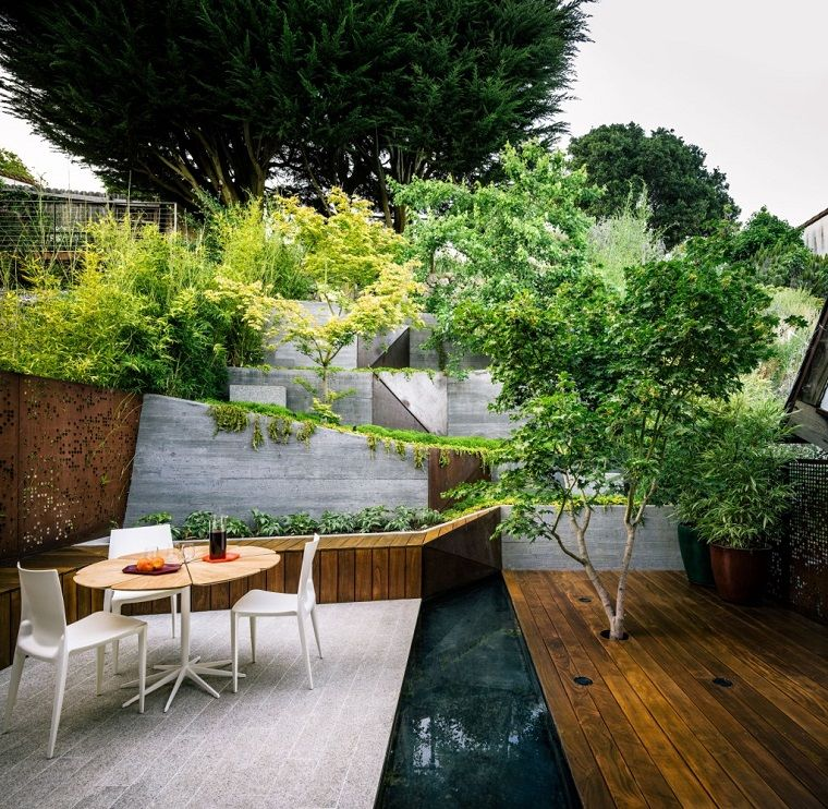 Tavoli E Sedie Da Giardino In Pvc.Piante Da Giardino Fiorite Arredamento Con Un Tavolo In Legno E