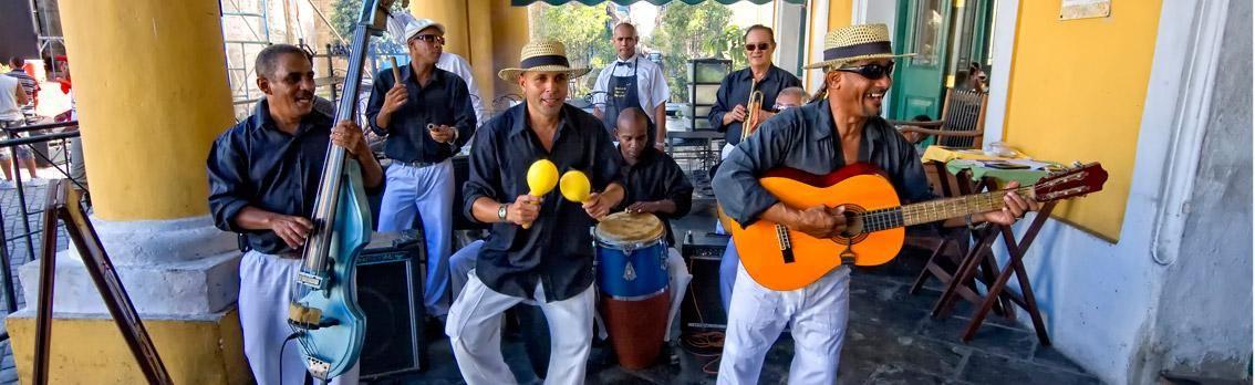 Banda cubana jugando en patio