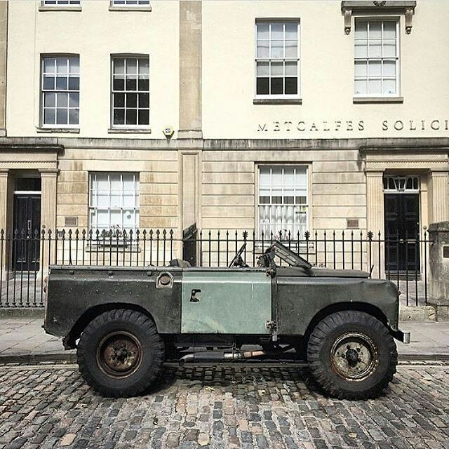 Old school garage land rover pinterest land rovers for Garage land rover brest