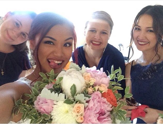 Quirky brides & their girls  #funbrides #funbridesmaids #flowers #bouquets