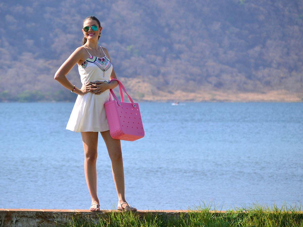 #FashionBySIMAN & Rebeca Bonilla: Apuéstale a la frescura de los vestidos con detalles étnicos.Y si a esto le sumamos que están en tendencia, se vuelve la opción perfecta para un día de playa. Accesorízalo a tu gusto, dale un toque personal llevando tu Bogg bag.
