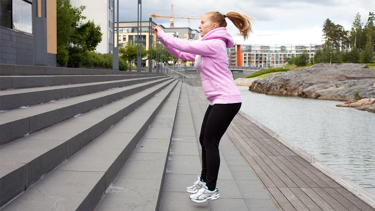 Tehokkaaseen treeniin ei tarvita välttämättä muuta kuin oma kehonpaino ja hieman mielikuvitusta. Personal trainer Liisa Saukkonen ohjeistaa kuusi eri liikettä sisältävän treenin, jossa hyödynnetään portaita ja töihin pääsee koko kroppa.... Lue lisää