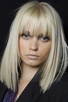 Mittellang Blond Pony Glatt Make Up Haare Nagel Mittellange