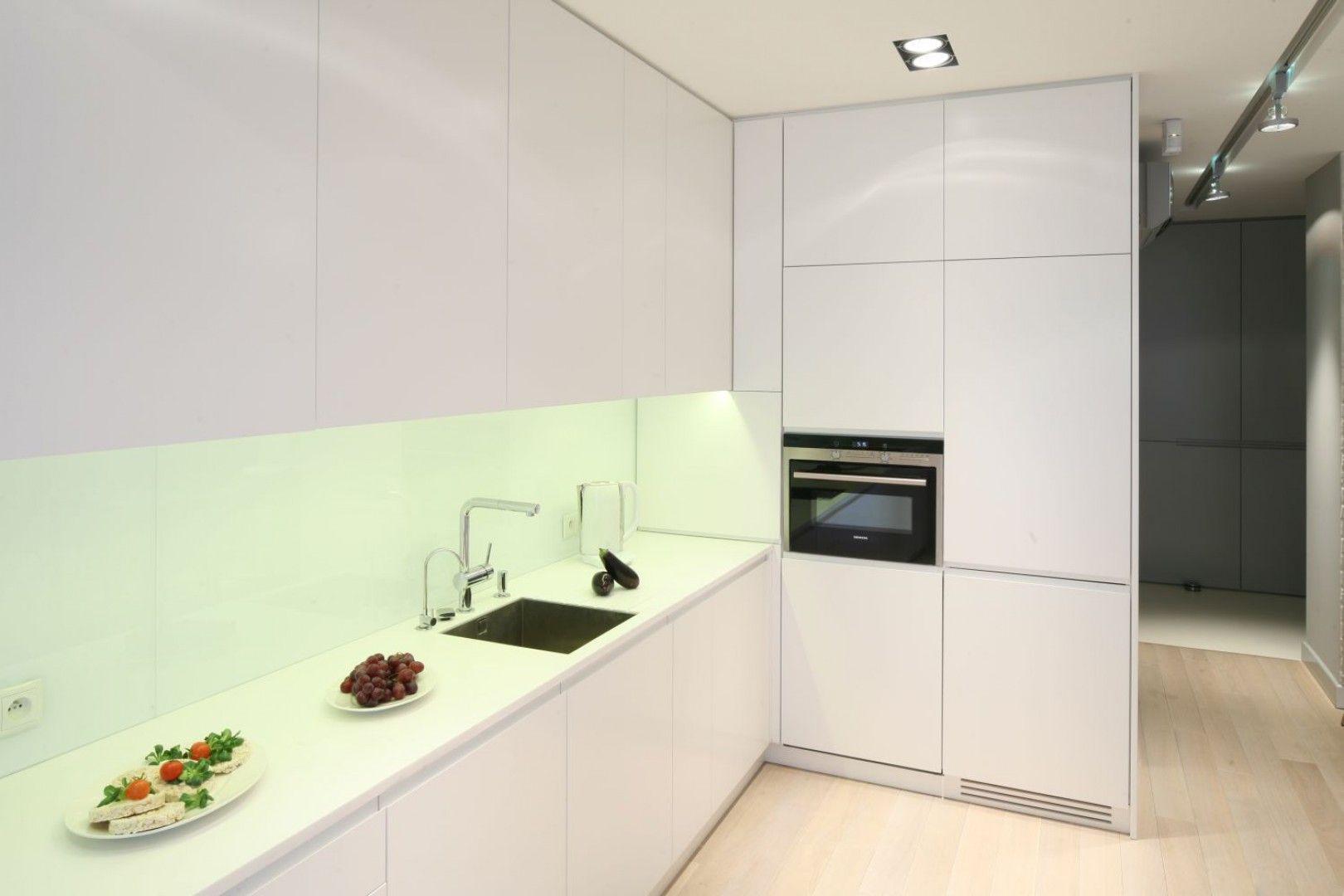 W Otwartej Strefie Dziennej Biala Zabudowa Kuchenna Zostala Zamontowana Az Pod Sam Sufit Projekt Monika I Adam Bronikowscy Kitchen Cabinets Home Decor Kitchen