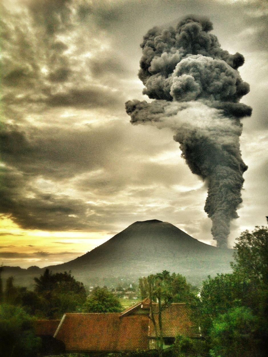 volcanic erruption at gunung lokon north sulawesi indonesia volcanoleo travelingmountains