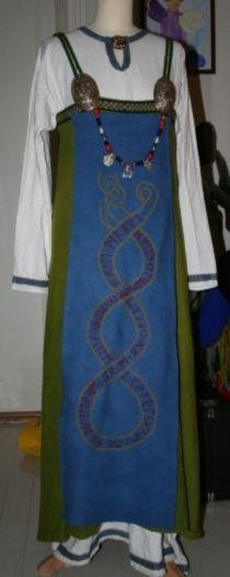 Norra särk, kleit, ehted ja põll. signes forstykke. http://vikingdrakt.blogg.no/#