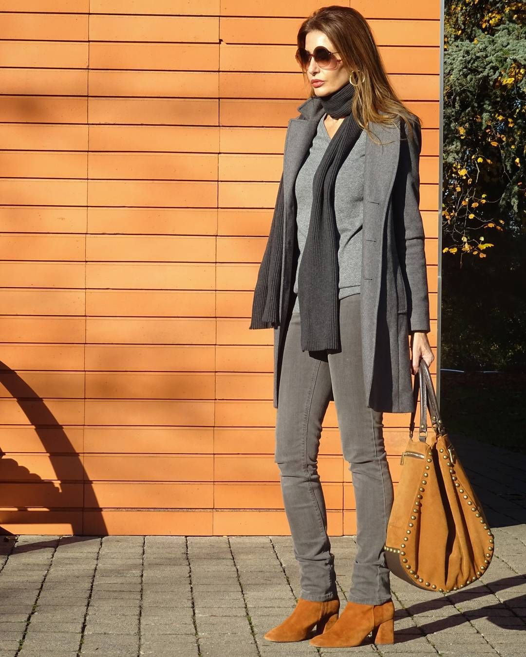 Suéter gris de pico  #by  @cortefiel_official  #escortefiel   #cortefiel_official   #fortyplusstyle    #outfitideas4you    #over40fashion   #over40style   #chicworkchic   #tenuedujour   #lookdujour   #lookdeldia    #outfitdiario   #40plusstyle   #fabulousover40   #fabover40  #lookdelgiorno   #outfitdujour   #gafasdesol   #sunglasses   #me_gusta_tu_look   #buscandoinspiracion   #abito   #abrigo   #coat  #thesartorialist  #cortefiel