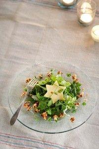 Groene salade met kaassterren en honing-notencrunch, glutenvrij
