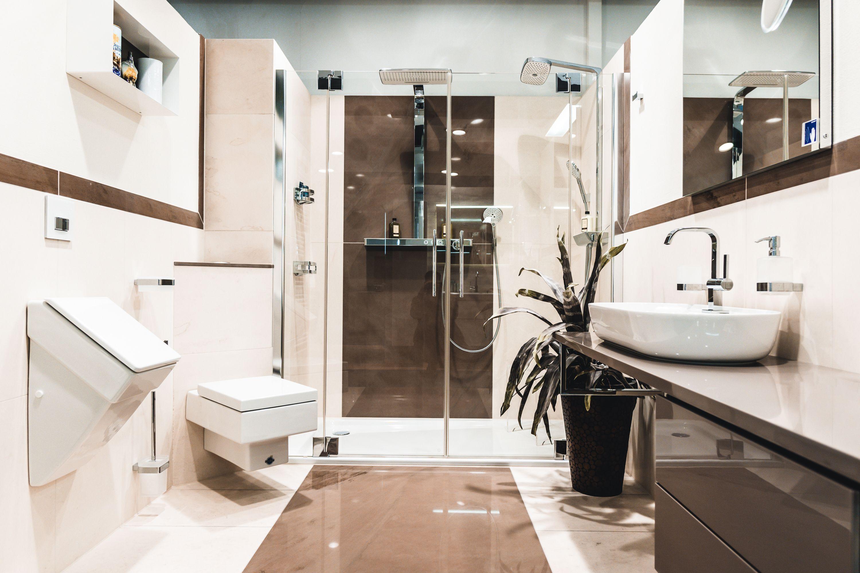 Komm In Unsere Ausstellung Und Finde Eine Vielzahl Von Ausgefallenen Badern In Funktion Badezimmer Badinspira Klassische Bader Badgestaltung Badausstellung