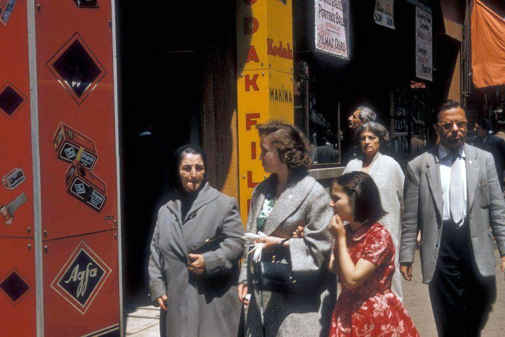 """Bir İstanbul hayali on Twitter: """"1956 yılından İstiklal Caddesi'nin renkli fotoğrafları. http://t.co/BmUEnYvUz6"""""""