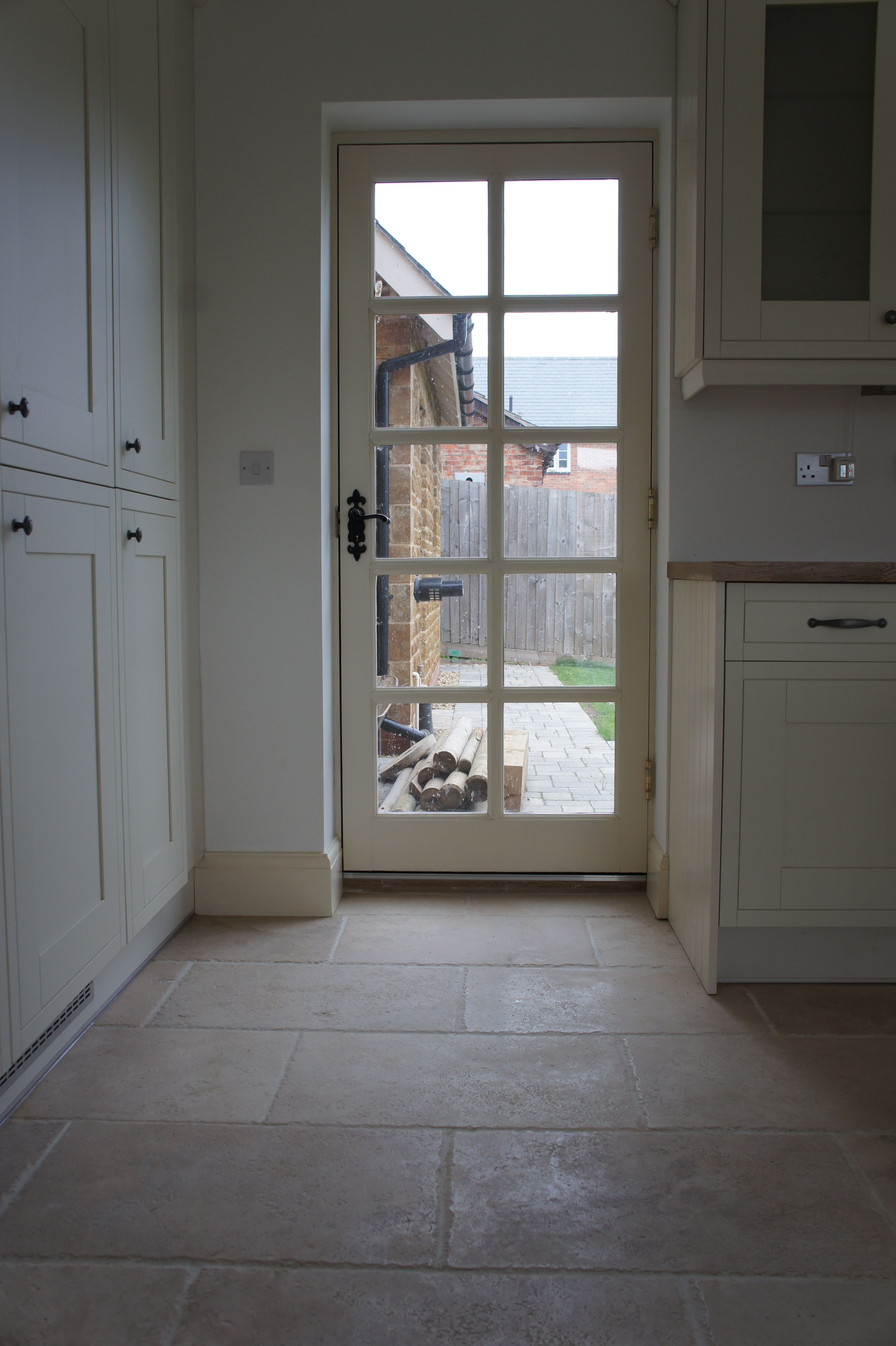 Poser Du Travertin We Love The Use Of Our Rustic Travertine Tiles In This Kitchen
