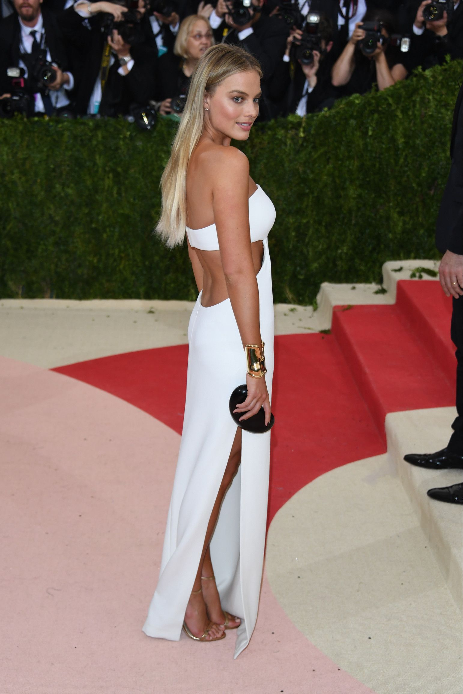 """Margot Robbie in Calvin Klein at the Met Gala for """"Manus x Machina: Fashion in an Age of Technology"""" in New York May 2016."""