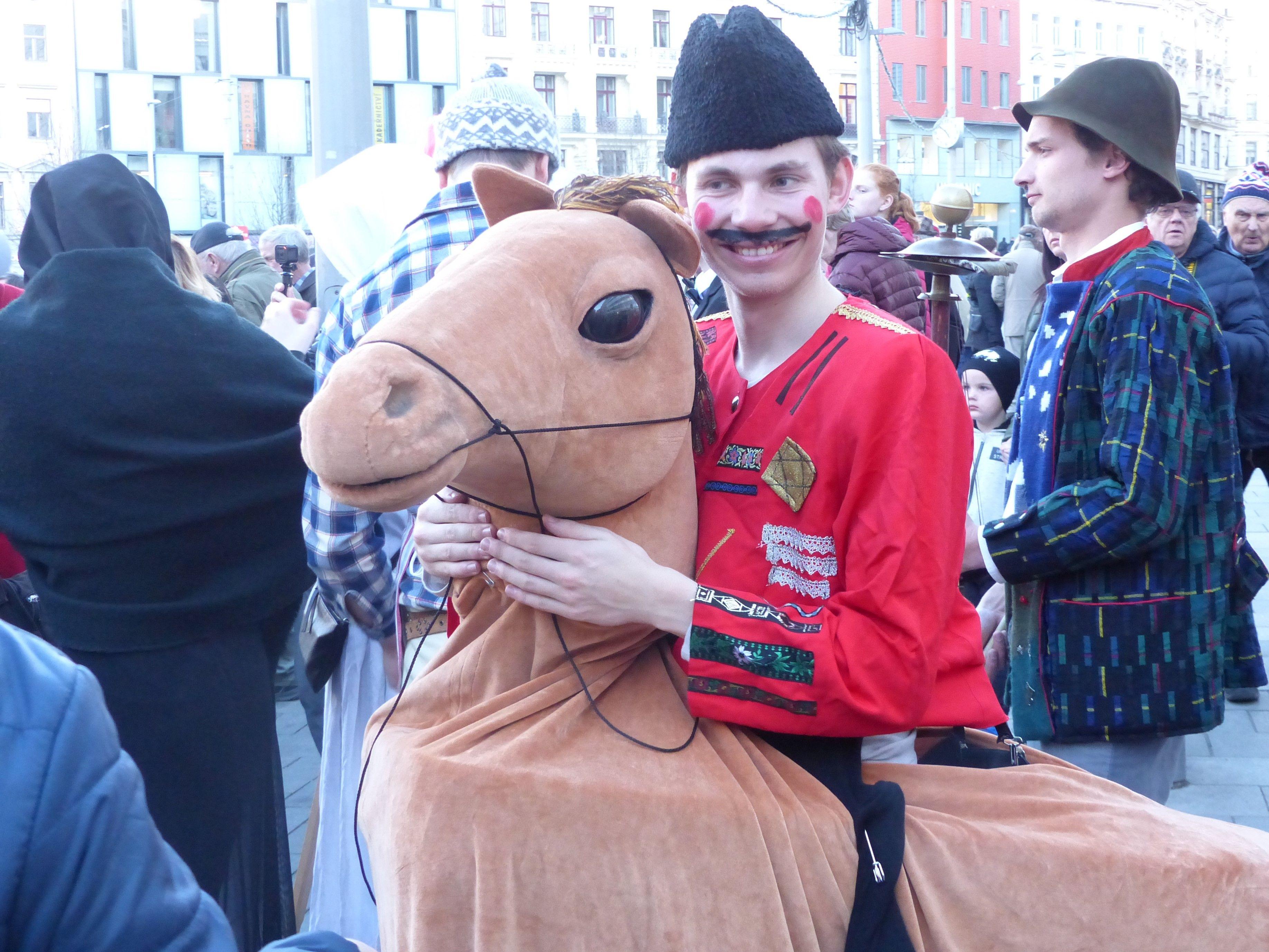 Jezdec na koni představuje jednu z typických masopustních masek.