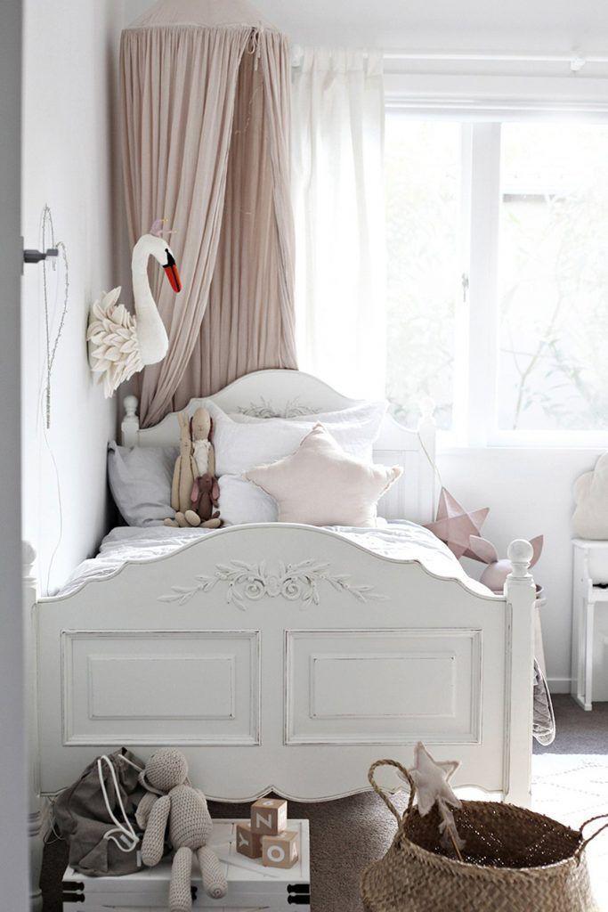 Weinlesemädchen-Schlafzimmerdekor mit rosa und weißem ...