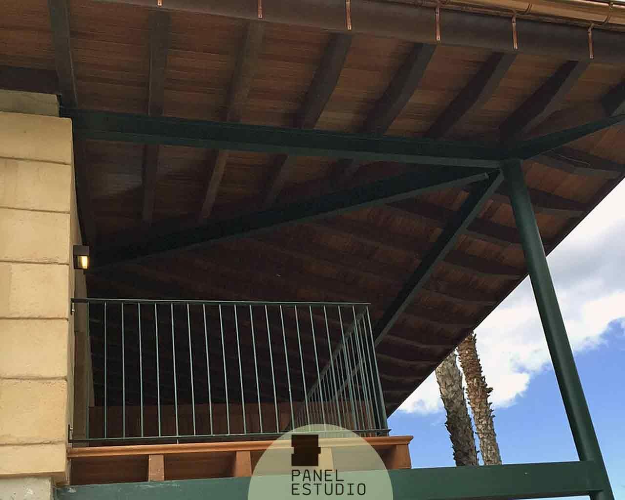 Panel sandwich de cubierta en acabado madera de iroko for Sandwich para tejados de madera