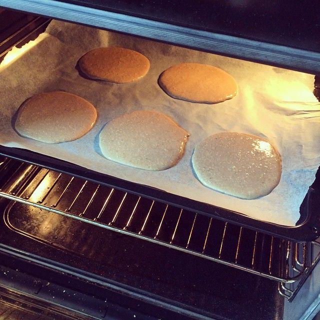 Pandekager i ovnen:  Flydende SØD, en stor banan, 40g havregryn, 100g hytteost, 1 scoop chokolade proteinpulver, 1 helt æg, 1 hvide. Blend det hele og smide det på en bageplade i 10-12 minutter ved 200 grader.