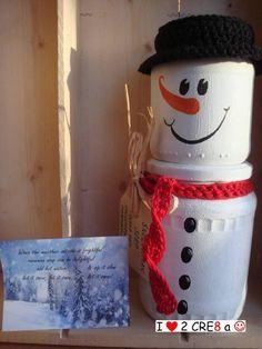 """Sneeuwman-""""soep"""", beschilderde glazen potten gevuld met chocolademelk-poeder en kleine marshmellows"""