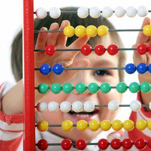 Jugar con un ábaco ayuda al niño de 3 a 5 años a entender las operaciones básicas. Aquí te damos algunas pistas de lo que le puedes pedir que haga.