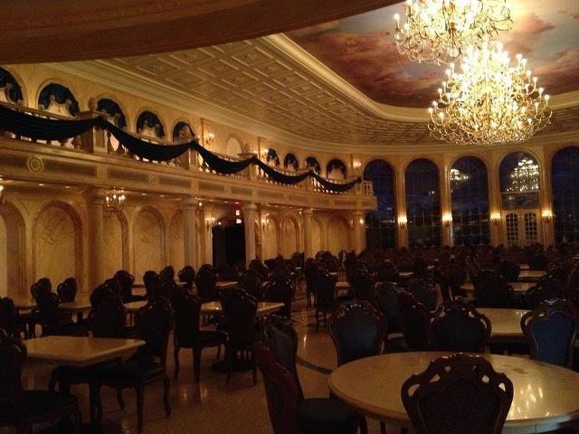 Dica especial da Parques e Ingressos! Se você está indo para o Magic Kingdom aconselhamos a experiência incrível no Be Our Guest Restaurant, tome café da manhã e depois vá direto para o restaurante que abre as 10h30am. Pode parecer cedo para o almoço, mas você vai ter uma experiência incrível, sem fila, além disso, enquanto todo mundo estará almoçando mais tarde, você pode encontrar as atrações mais vazias. #Dica #MagicKingdom
