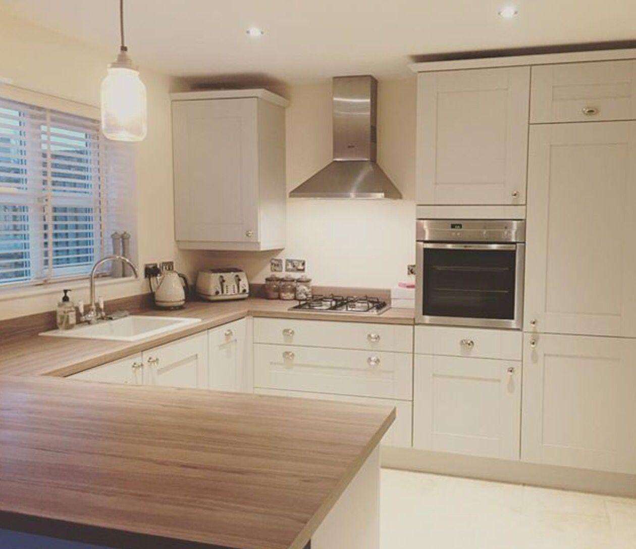 Sockelleiste als Deckenabschluss  Modern kitchen room, Kitchen
