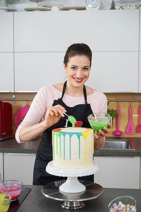 Ich bereite einen Drip Cake – eine Torte mit herunterfließendem Guss – zu Ostern zu. Die hohe Torte ist mit einer Fruchteinlage und einer Französischen Buttercreme befüllt. Die Hasen sind aus Modellierschokolade geformt.