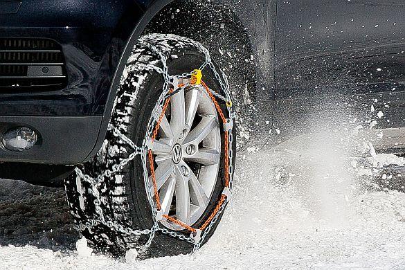 Komfortable Montage, ausgezeichnete Traktion. Für heckgetriebene Fahrzeuge gibt es nun eine spezielle Schneekette. Die neuartige Schneekette ist für Fahrzeuge der oberen Mittelklasse, für Kompakt-SUVs, Groß-SUVs, Vans und auch Maxi-Vans besonders gut geeignet. Foto: djd/RUD Ketten