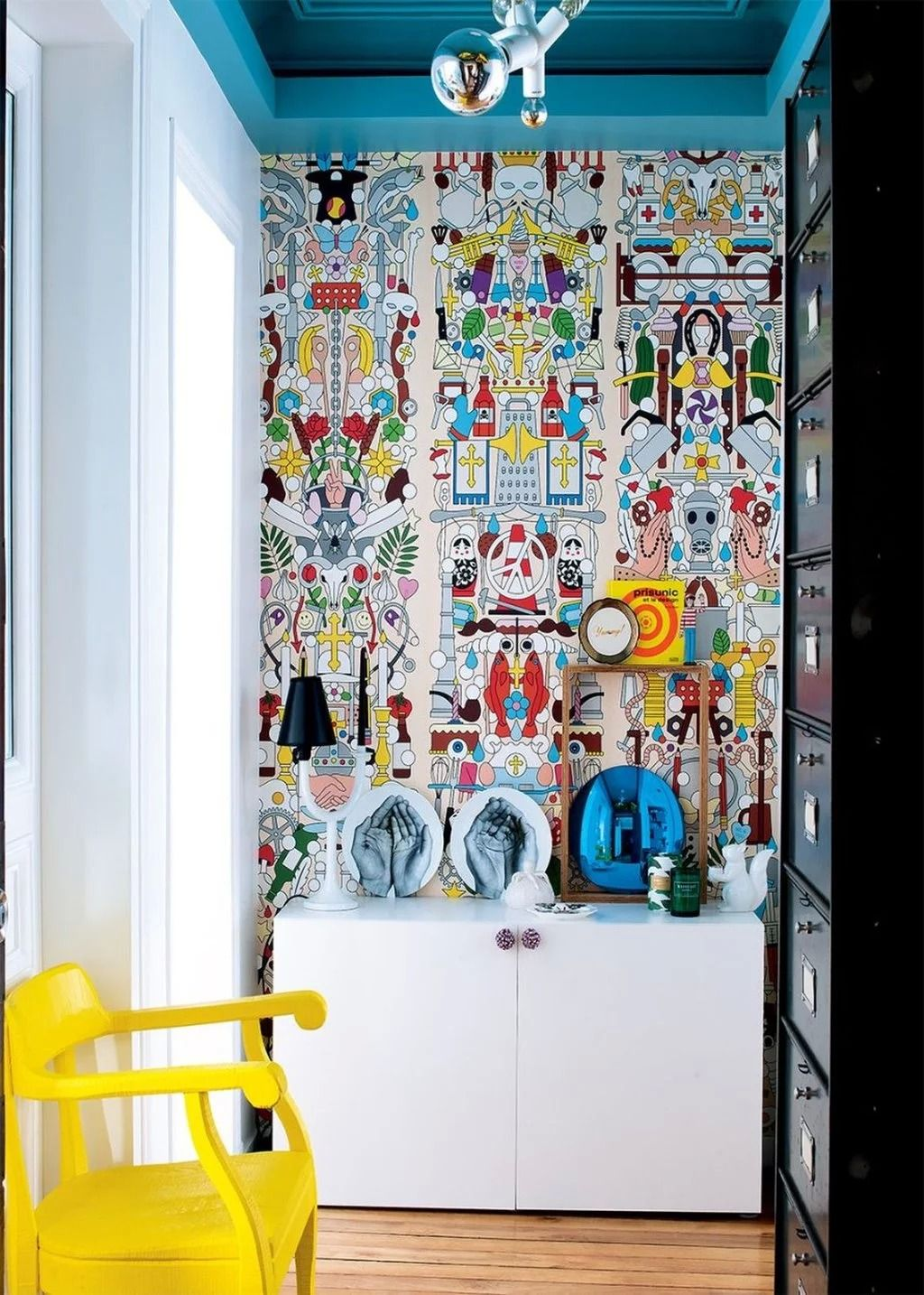 Entree Au Style Pop Couloir Seventies Papier Peint Peinture Coloree Meubles Couleurs Vives Vestiaire M Design D Interieur Colore Decoration Interieure Deco