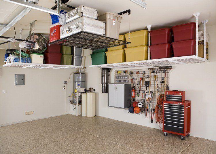 Aménagement De Garage Astucieux Avec Des étagères Escamotables Et Des  Boîtes De Rangement