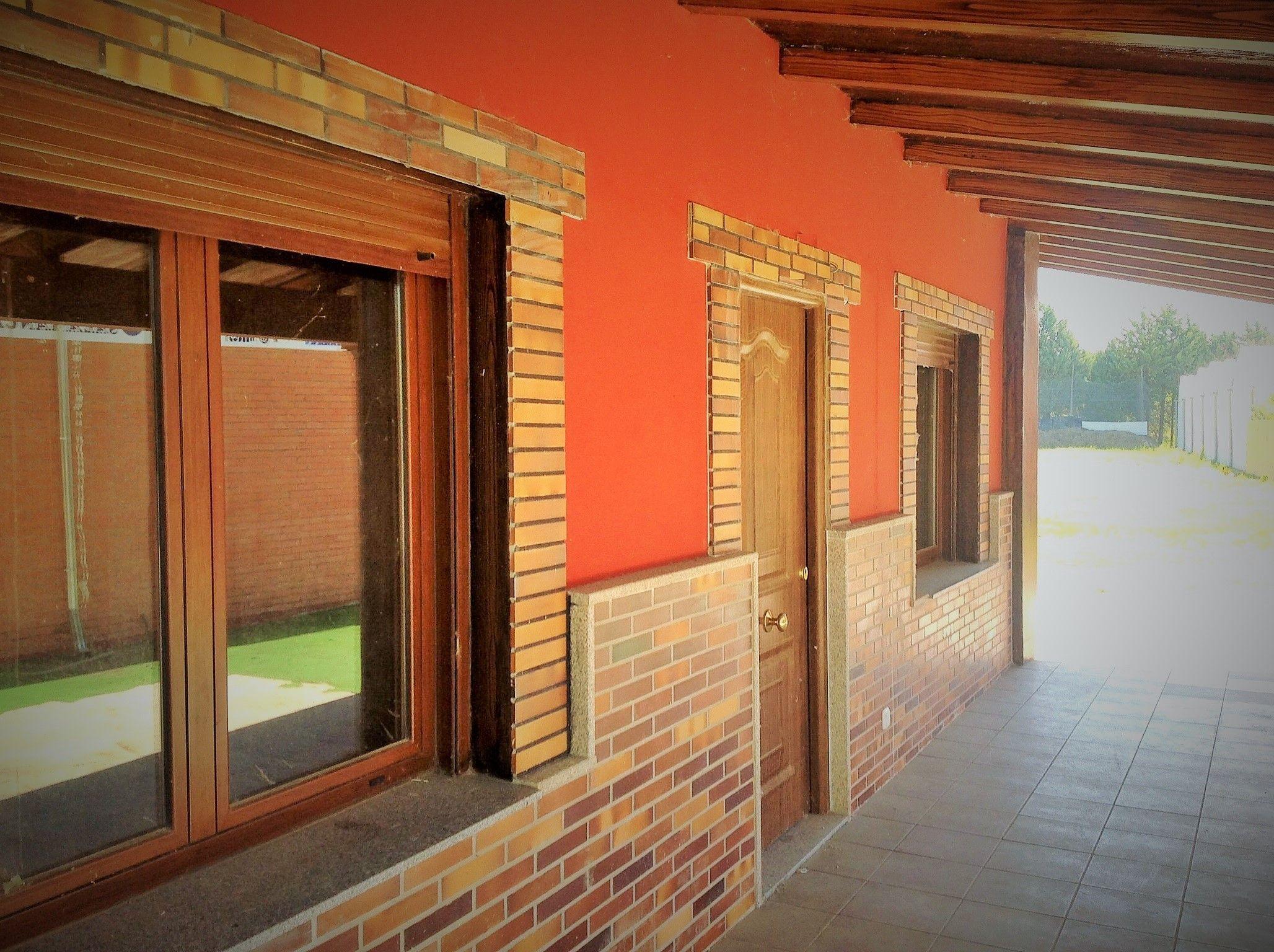 acabado exterior de una de nuestras casas prefabricadas acabado liso con zocalo de piedra - Zocalos De Piedra