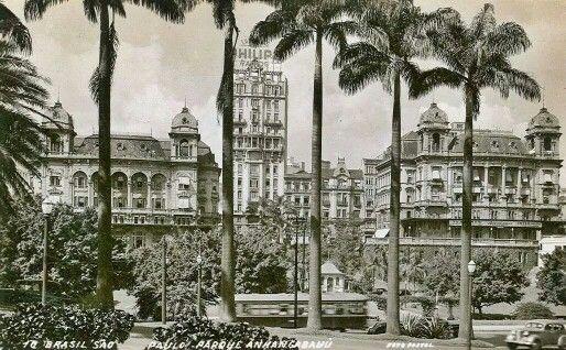 Década de 50 - Palacetes Prates no Vale do Anhangabau e no centro o edifício Sampaio Moreira na rua Líbero Badaró.