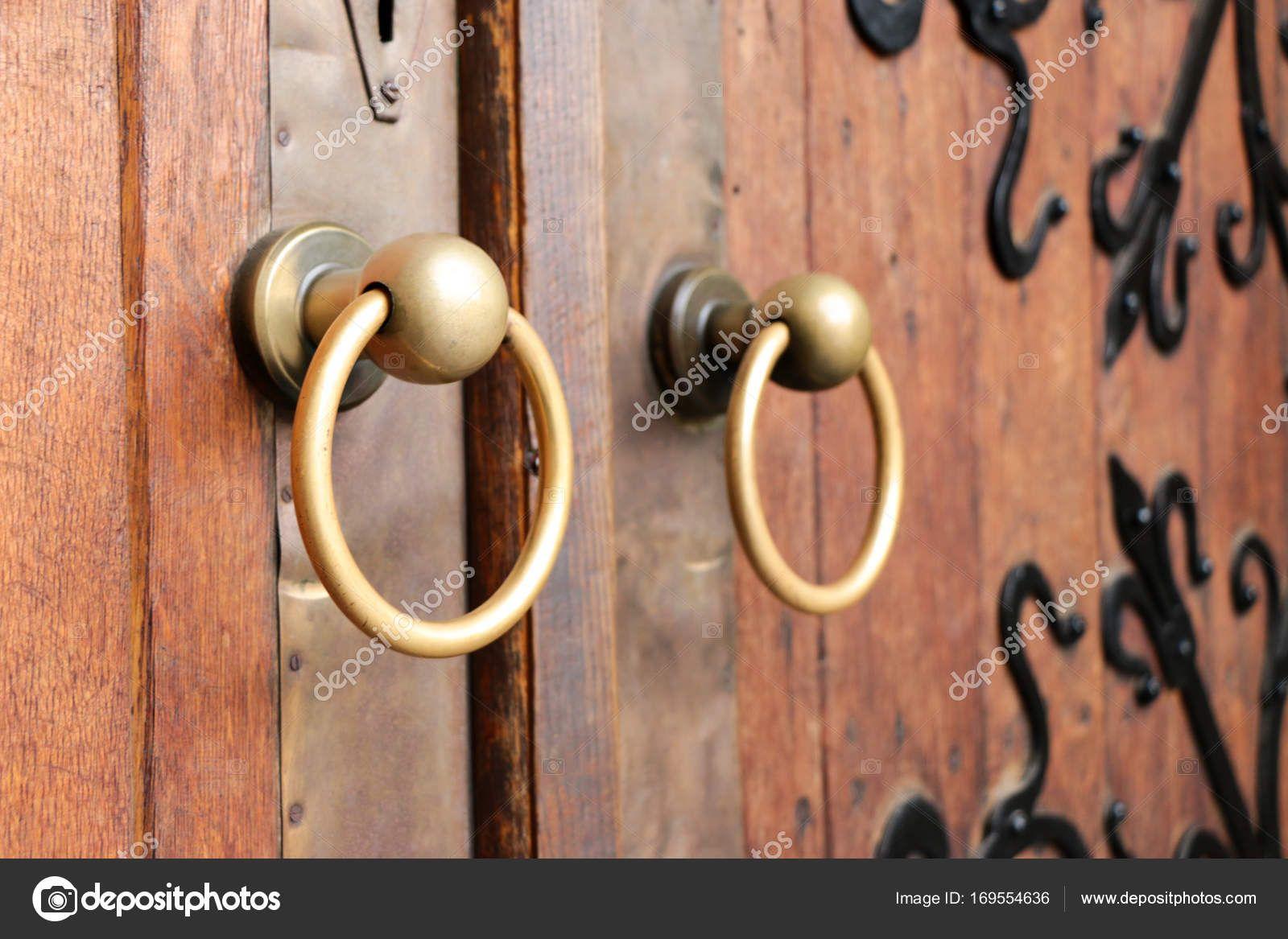 高齢者の木製ドアに 2 つのアンティーク銅華やかなドアのノッカーのクローズ アップ ストック画像 木製ドア ドア アンティーク