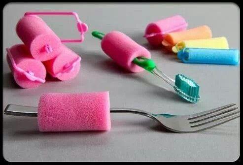 Enkel tiltak som kan hjelpe mennesker som har vanskeligheter med å holde tannbørsten fordi den er så liten , bruk en hårrull , trekk den over skafte på tannbørsten og vips så kan tannkosten bli lettere å holde for deg