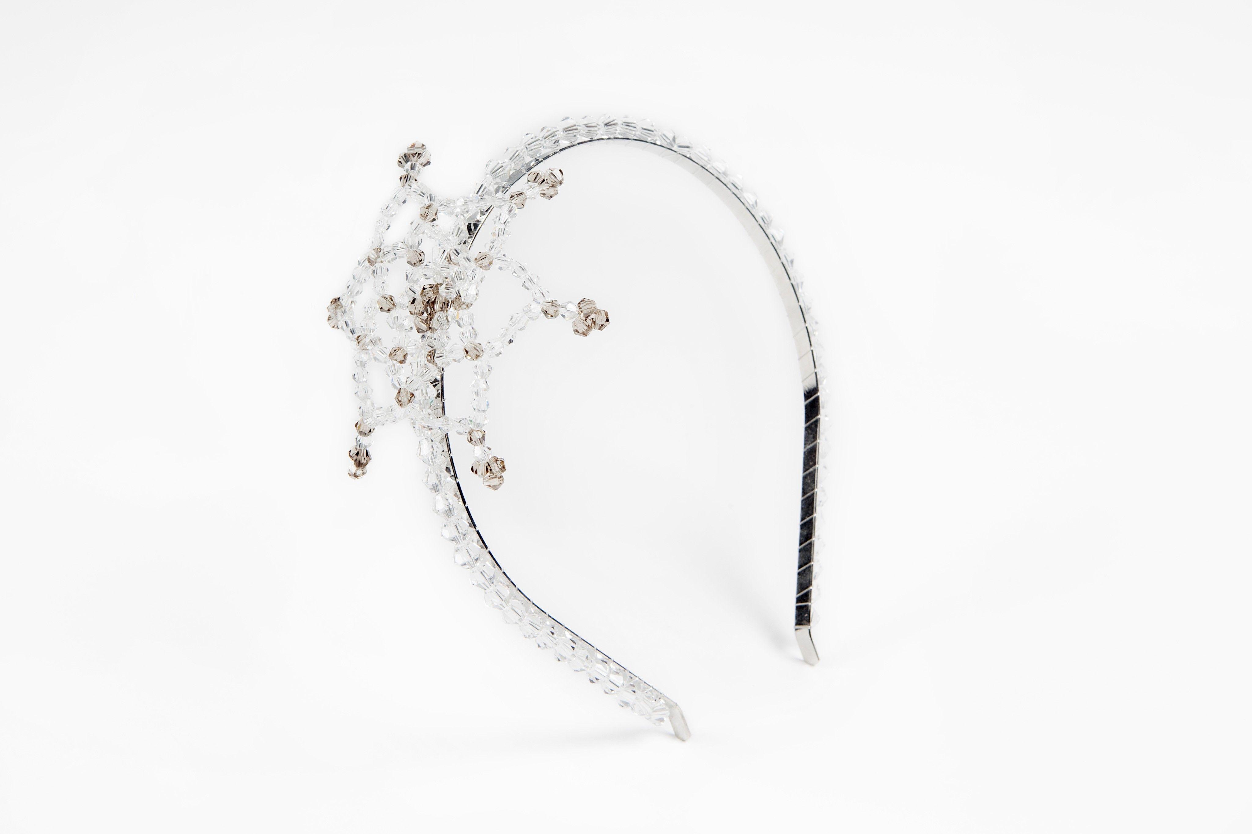 Rós hiuspanta - Cailap by Kirsi Nisonen    Upeiden yksityiskohtien metallipanta on viimeistelty lasihelmillä. Pannan leveys 0,5 cm, koristeen halkaisija 9 cm