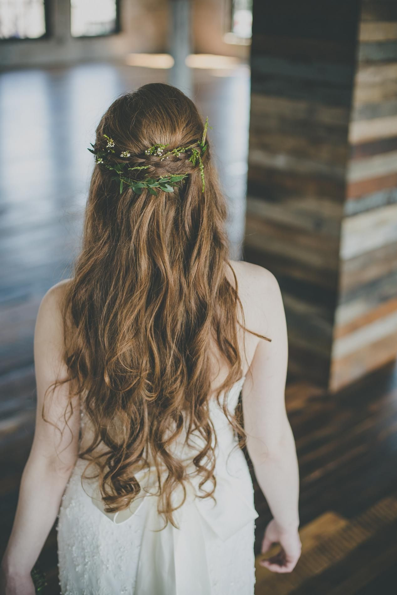 Greenery In Bride S Hair Greek Goddess Inspired Bridal Hair Simple Bridal Hairdo Greek Hair Greek Goddess Hairstyles Simple Wedding Hairstyles