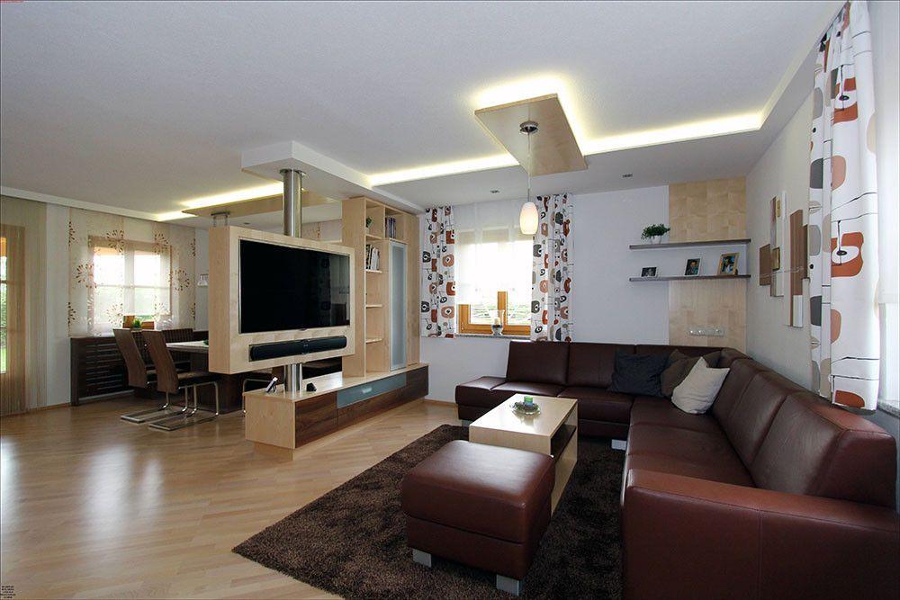 Wohnzimmer Vom Esszimmer Mit Raumtrenner Getrennt, Darin Ist Ein Drehbarer Fernseher  Platziert. Ledercouch Von