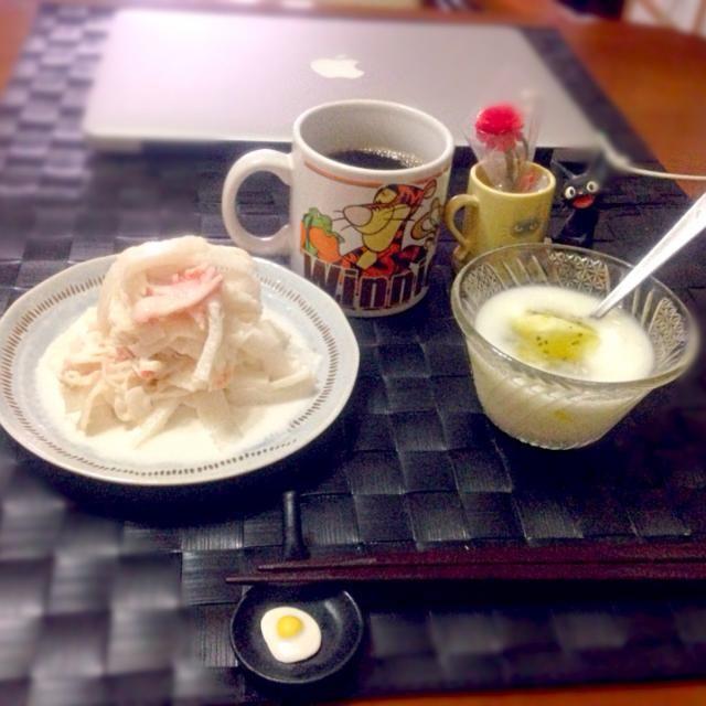 今朝の自宅モーニング☕️  今朝も豪雨だけどコレ食べて合羽着込んでバイクでGO! - 61件のもぐもぐ - 蟹大根コールスロー&キーウィヨーグルト☕️ by manilalaki