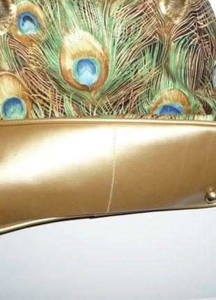 Kupuj mé předměty na #vinted http://www.vinted.cz/damske-tasky-a-batohy/kabelky/14049272-extravagantni-kabelka-zlata-s-pavymi-oky