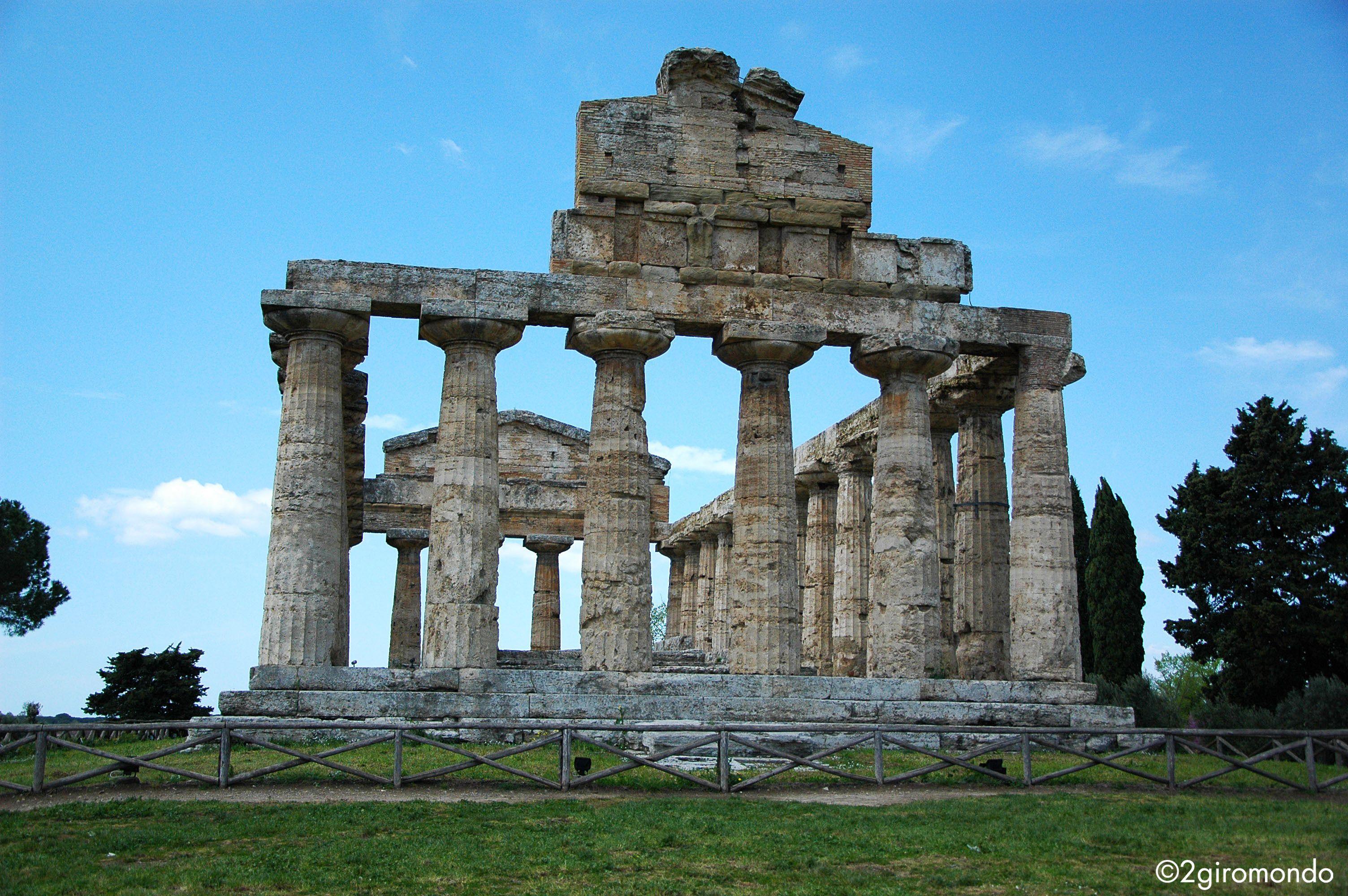 Il tempio di Atena o tempio di Cerere (circa 500 a.C.) è un tempio greco. Presenta in facciata un alto frontone e un fregio dorico, composto da ampi blocchi di calcare. Sembra essere il primo esempio della presenza dei due ordini, dorico e ionico, nello stesso edificio. Tradizionalmente il tempio era stato attribuito a Cerere ma in seguito al ritrovamento di numerose statuette in terracotta che raffigurano Atena, si propende per una dedica a questa divinità.
