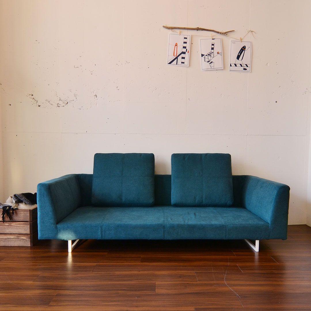 浮遊感あるデザインがお洒落なブルックソファ お部屋の中のお部屋 をイメージしてデザインされました 写真は両肘タイプ ふんわり生地 カプリス 40角 60角クッション 人気の組み合わせです 2枚目の写真は 背中をしっかりと支えてくれるブルックソファ用の