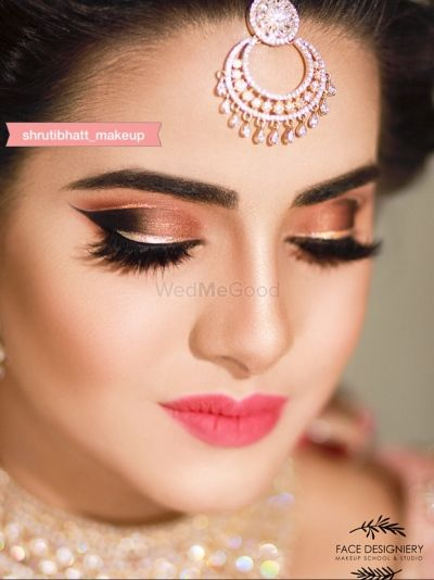 Unique Eye Makeup With Bronze And Gold Shadow In 2020 Bridal Eye