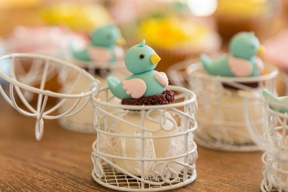 Docinhos personalizados para a mesa do bolo.