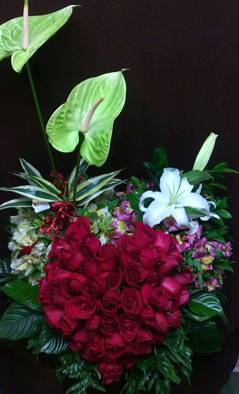 Corazón de Rosas Rojas, Anturios, y Lirios entre otros para Enamorados o Aniversario