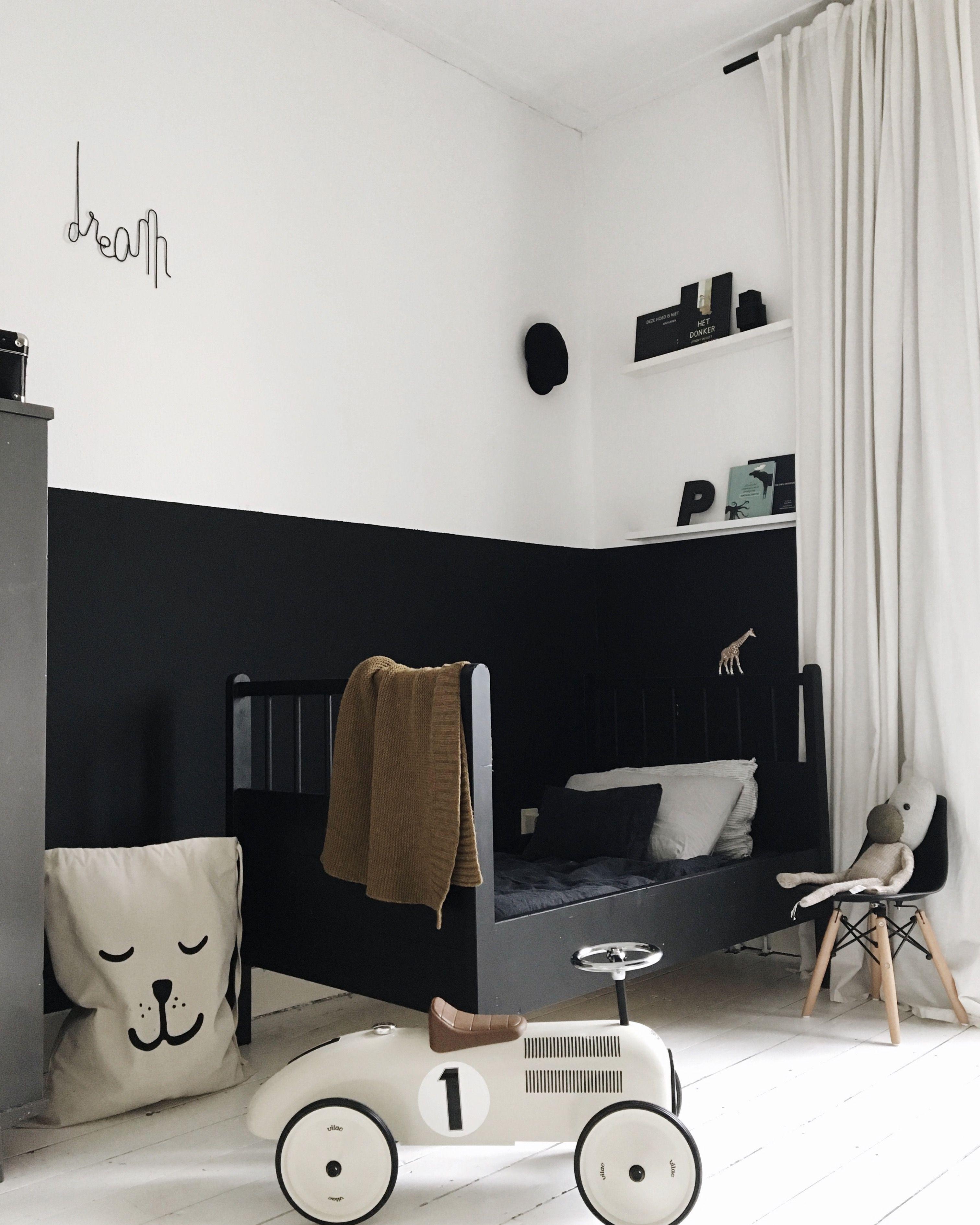 Stylisches Kinderzimmer In Schwarz Und Weiß. Die Halbhohe Schwarze Wandfarbe  Kann Man Auch Gut Mit