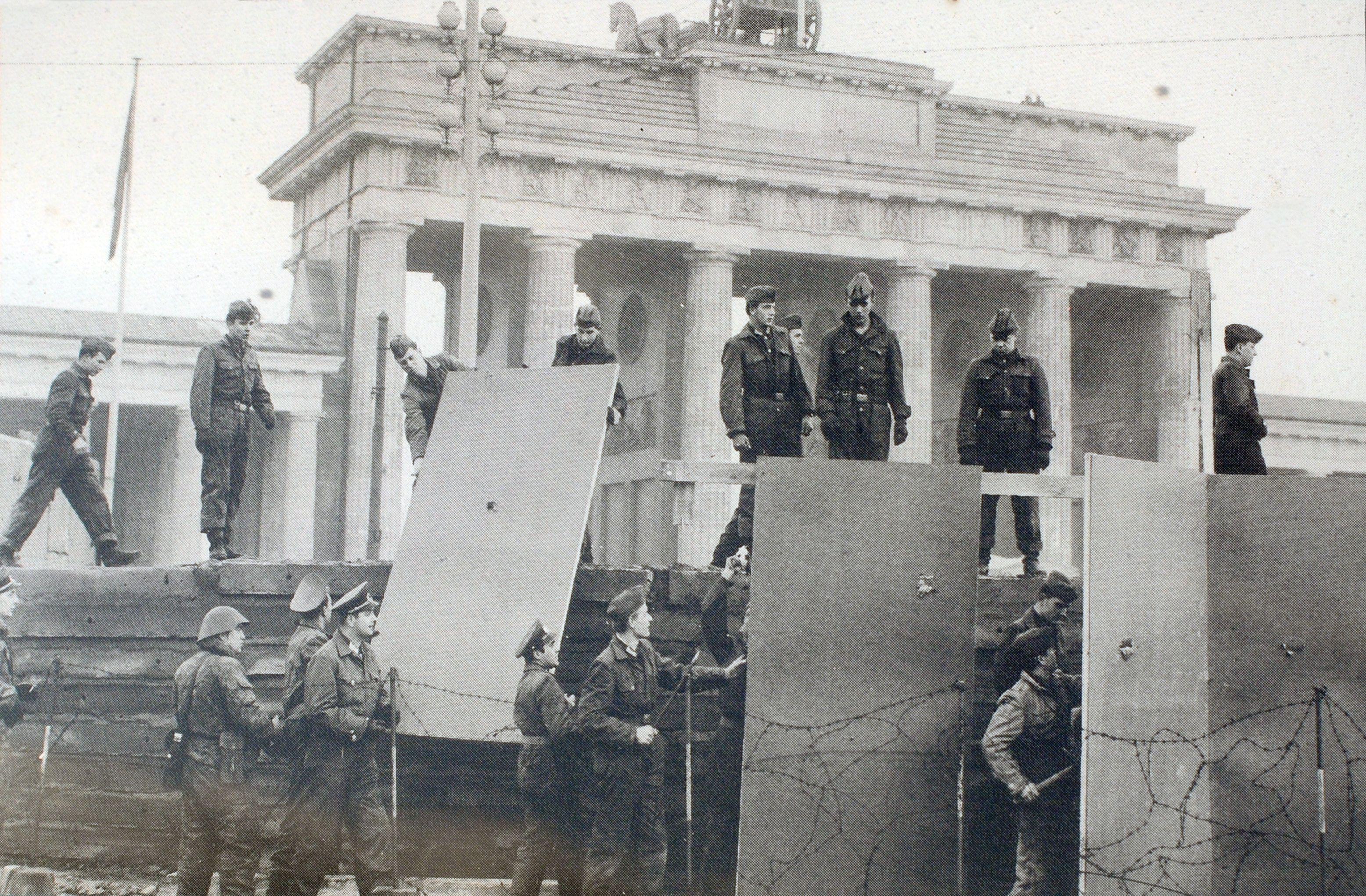 Bau Der Berliner Mauer Vor Dem Brandenburger Tor Berlin Wall Berlin Wonderful Places