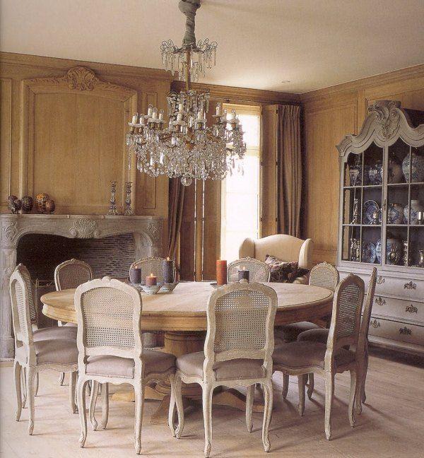 Fabulous Round Dining Table And Exquisite Chandelier Sala Da Pranzo Interni Classici Arredamento