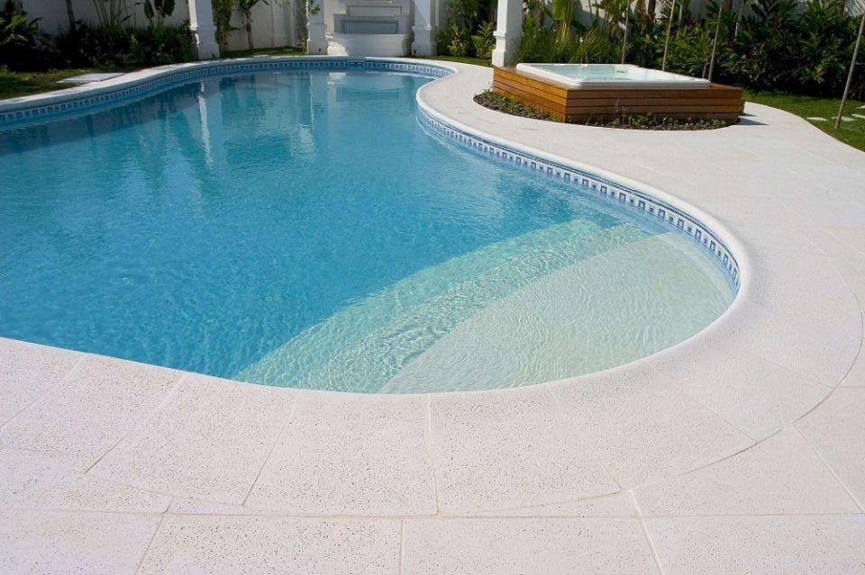 Atérmica Branco - Arquiteto Rogerio Perez  #piso #design #arquitetura #castelatto #decor #decoração #sofisticacao #textura #inovacao #areaexterna #piscina #piscinadiferente #top #floor #pool #swimmingpool #areaexternal #topoftheday #zonaexterior #exterior #outdoorarea # athermalfloors #pisosatermicos #pisoquenaoaquece #naoaquece #conforto #piscinas