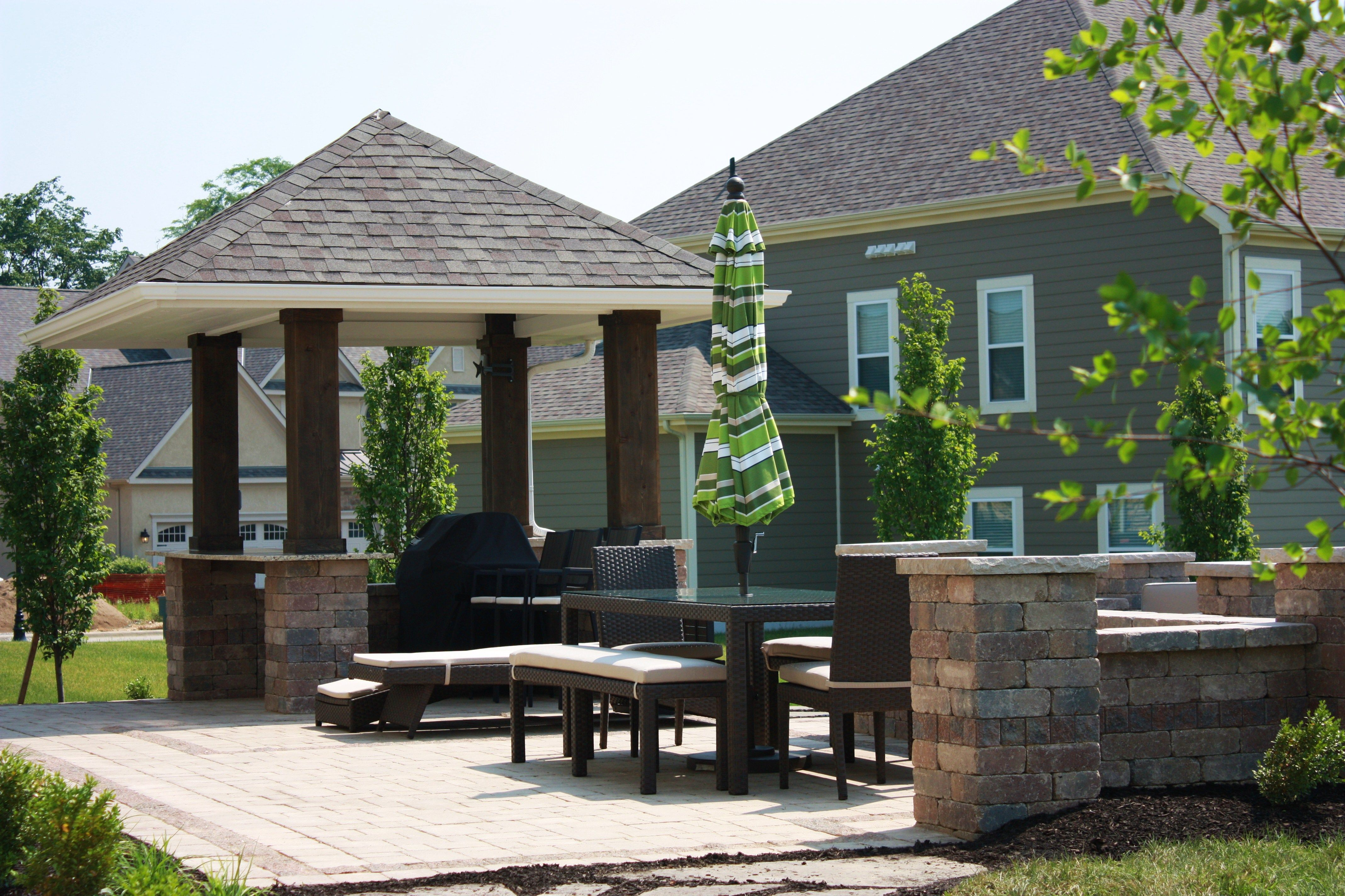 Weekend Suburban Party House!Outdoor Bar With Pavilion. Patio Pavers With  Limestone Accents.