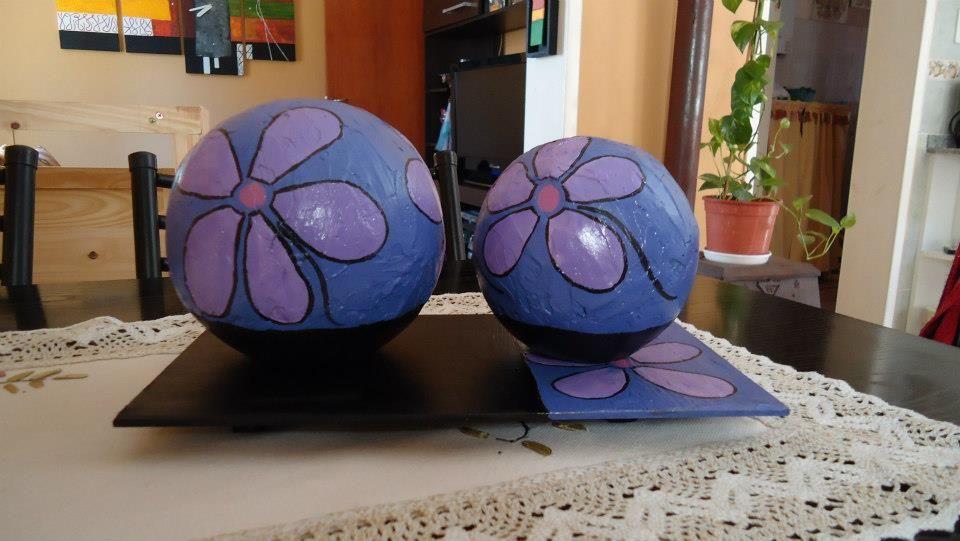 Esferas pintadas con flores con base de madera