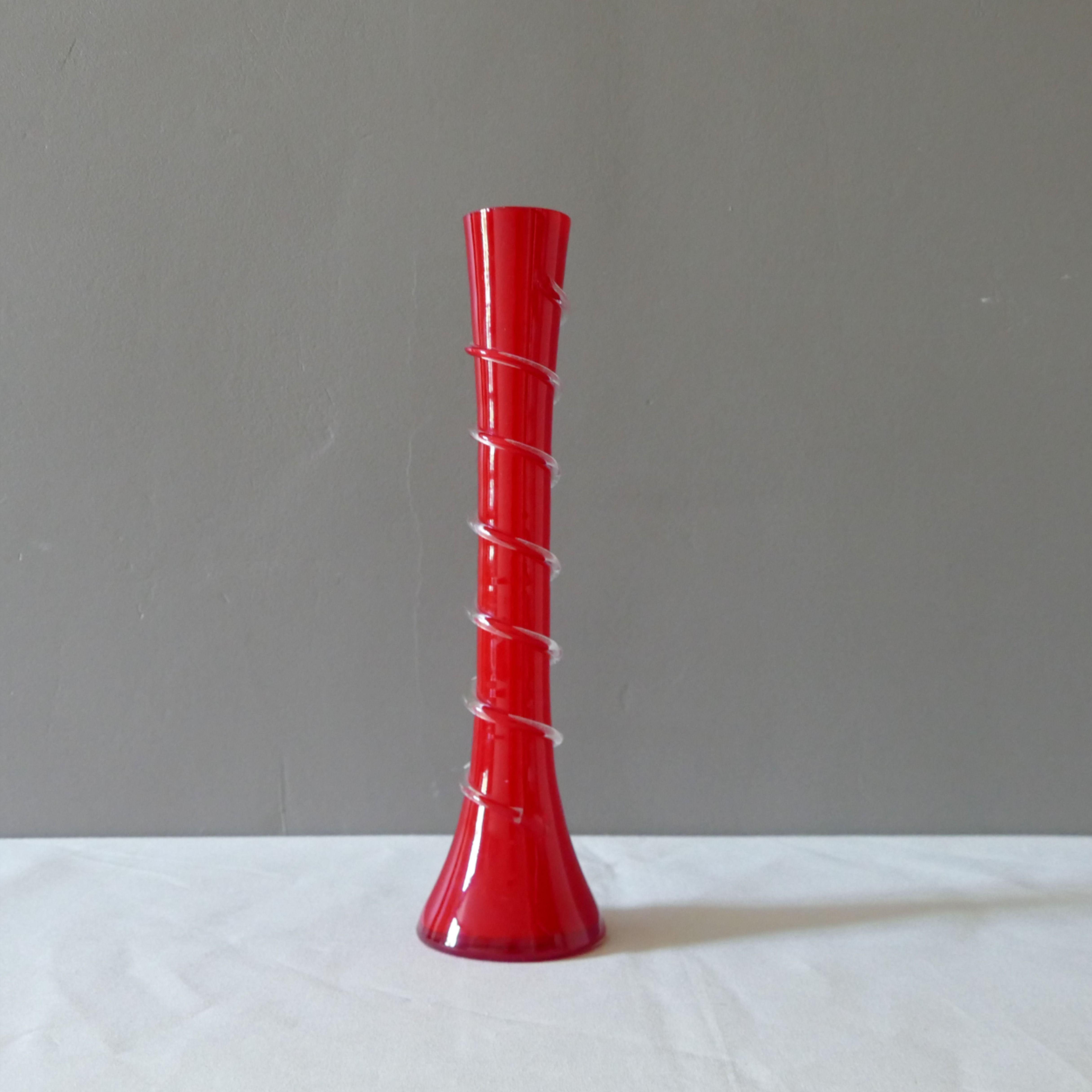 Charmant soliflore rouge des années 1970 disponible dans la boutique #vasevintage #brocante #chinedujour #soliflorerouge #decorationvintage #retro #decorationdinterieur #interieurvintage #objetvintage #objetcoupdecoeur